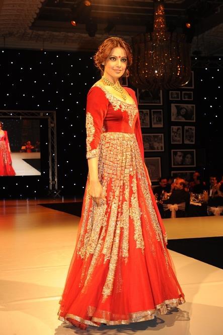 Bipasha-Basu-walking-the-ramp-for-Manish-Malhotra