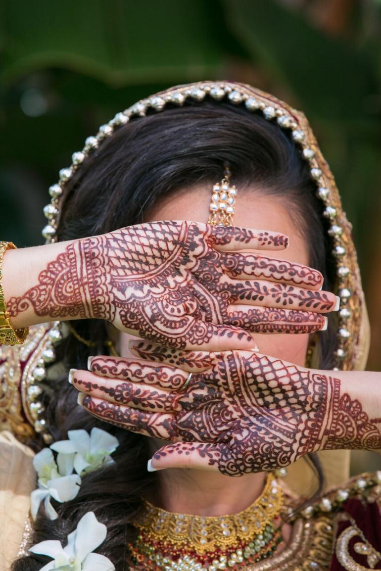 BRIDAL MEHENDI POSE
